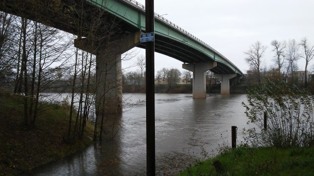 Small blue sign marks the crest of flooding in February 1996.